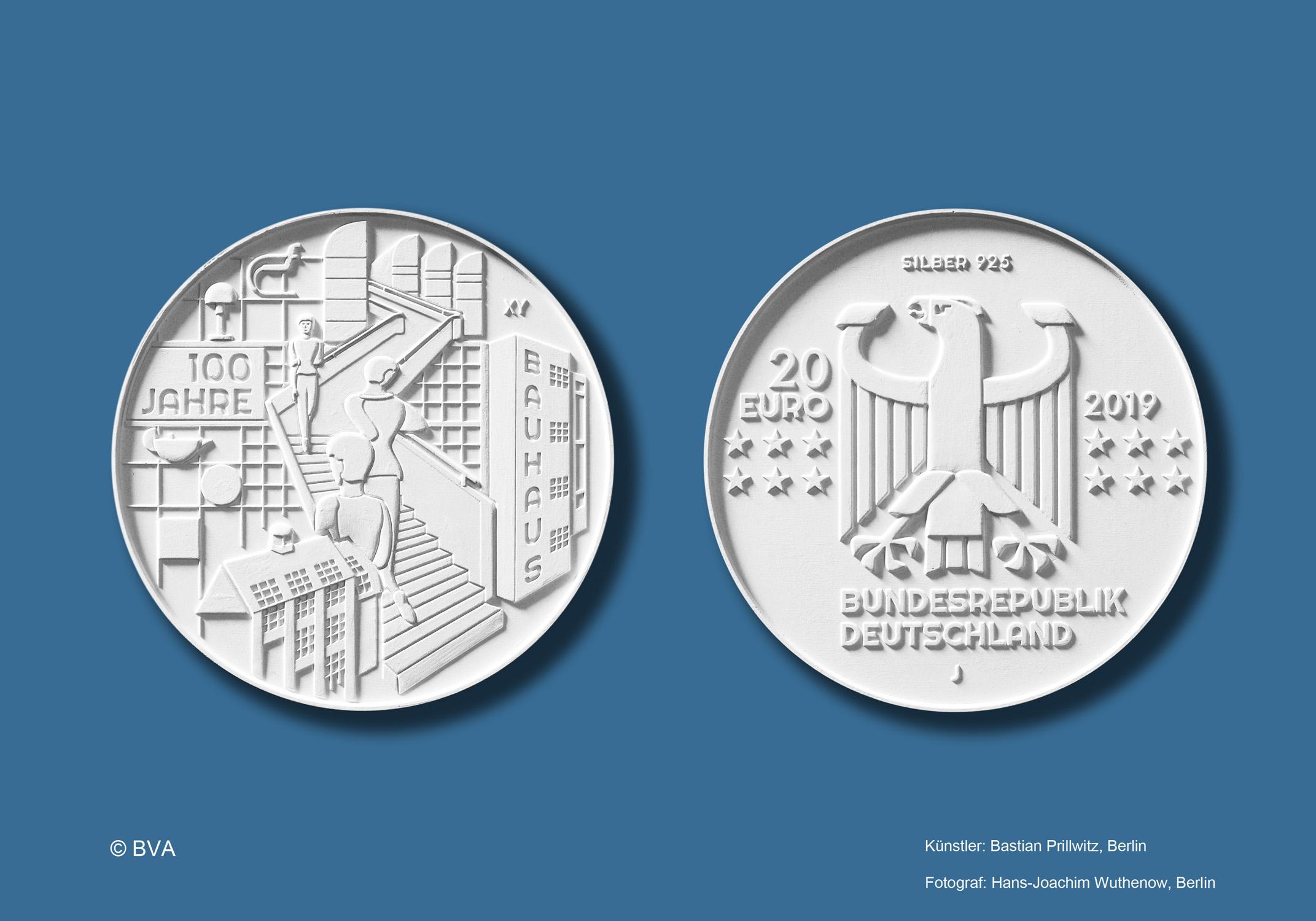 """Bastian Prillwitz hat das Design der silbernen 20-Euro-Gedenkmünze """"100 Jahre Bauhaus"""" gestaltet. Quelle: BVA, Fotograf: Hans Wuthenow, Berlin, Künstler: Bastian Prillwitz, Berlin"""