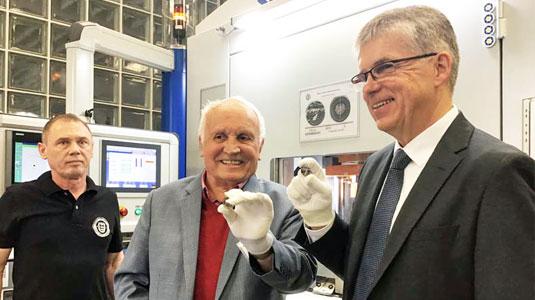 """Albert M. Beck und Dr. Peter Huber bei der Anprägung der 5-Euro-Sammlermünze """"Gemäßigte Zone"""" 2019"""