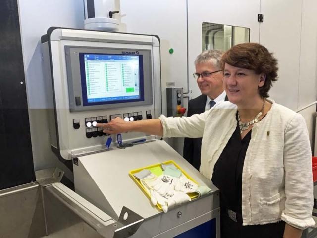 """Gisela Splett und Peter Huber bei der Anprägung der 5-Euro-Münze """"Gemäßigte Zone"""" mit Polymerring"""