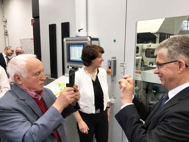 """Albert M. Beck, Gisela Splett und Peter Huber bei der Anprägung der 5-Euro-Münze """"Gemäßigte Zone"""" mit Polymerring"""