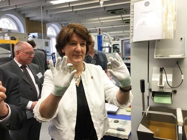 """Gisela Splett zeigt die ersten Exemplare der 5-Euro-Münze """"Gemäßigte Zone"""" mit Polymerring"""
