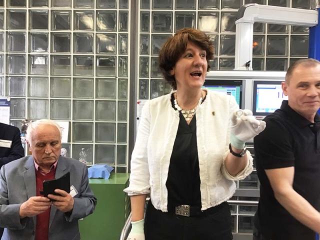"""Gisela Splett bei der Anprägung der 5-Euro-Münze """"Gemäßigte Zone"""" mit Polymerring"""