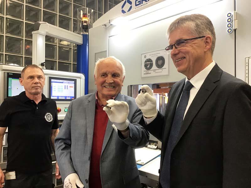 """Albert M. Beck und Peter Huber bei der Anprägung der 5-Euro-Münze """"Gemäßigte Zone"""" mit Polymerring"""