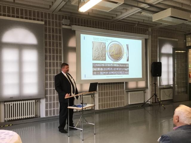 """Markus Floeth, Deutsche Bundesbank, bei der Anprägung der 5-Euro-Münze """"Gemäßigte Zone"""" mit Polymerring"""